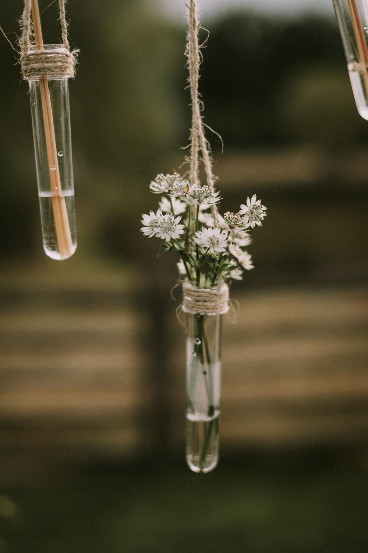 Découvrez un mariage simple et naturel au coeur d'un corps de ferme.